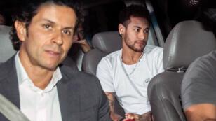 Neymar, accompagné du docteur Rodrigo Lasmar, médecin de la séleção, à son arrivée à Belo Horizonte, le 3 mars 2018, avant son opération.