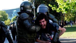 Un manifestante es detenido por policías antidisturbios durante una protesta contra el gobierno chileno en Concepción, Chile, el 5 de noviembre de 2019.