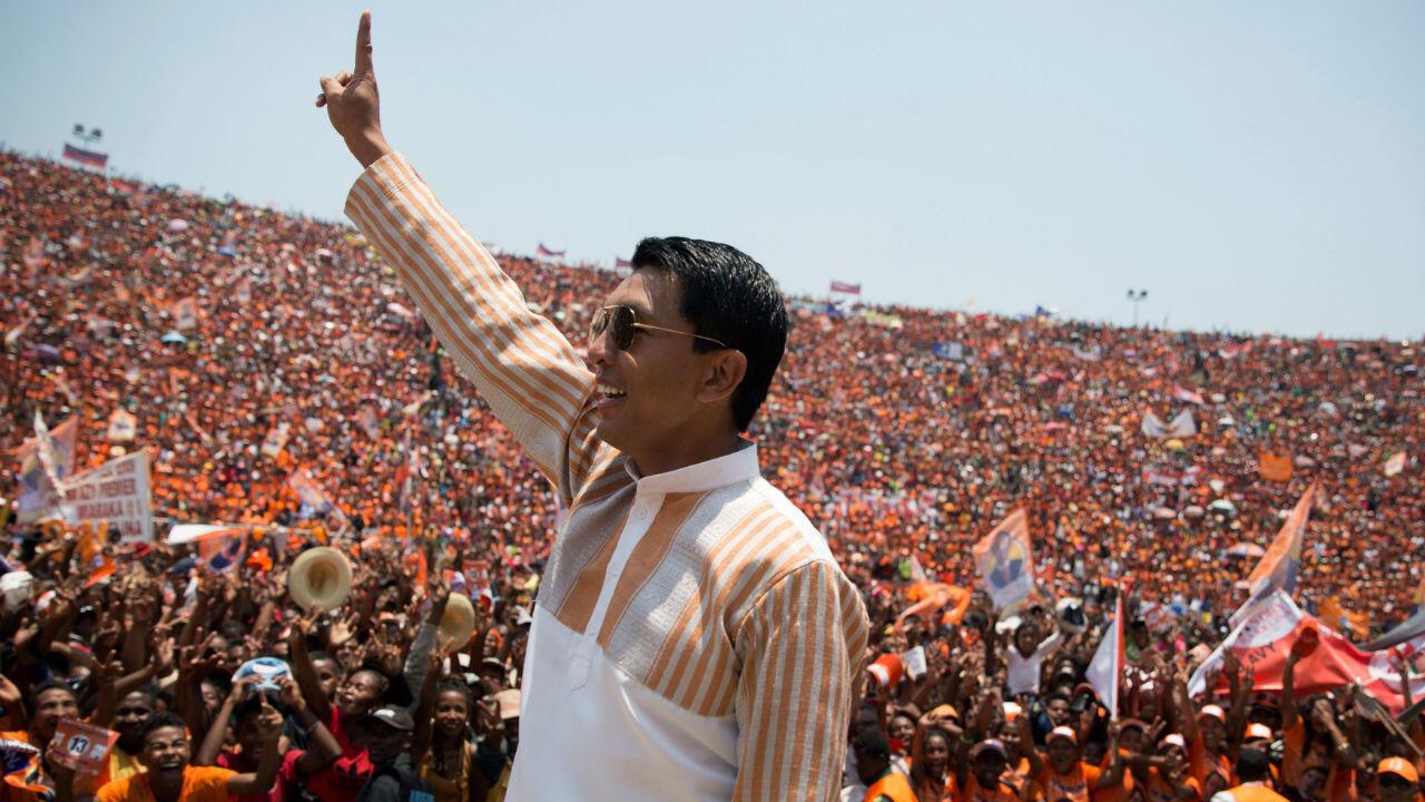 Andry Rajoelina, presidente electo de Madagascar, saluda a sus partidarios durante un mitin de campaña en el estadio Coliseum de Antananarivo, Madagascar, el 3 de noviembre de 2018.