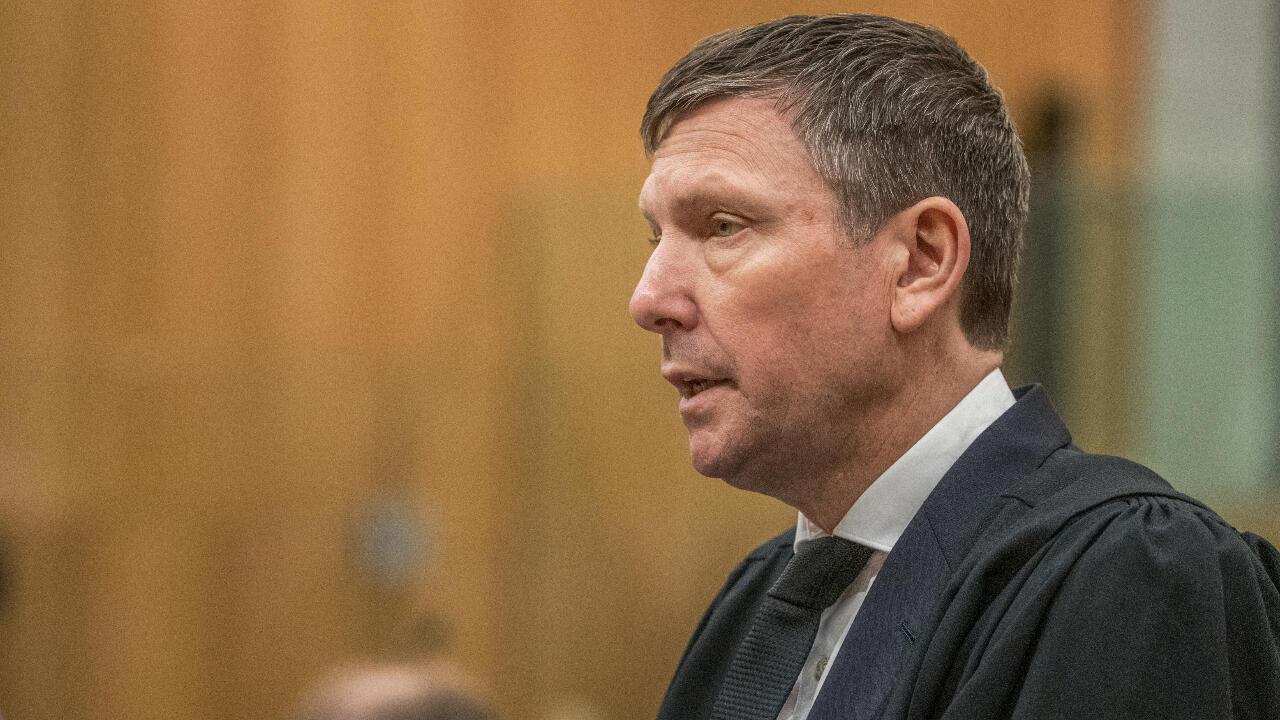 El fiscal de la Corona Barnaby Hawes lee un sumario de los hechos del 15 de marzo de 2019, día de la masacre de Christchurch, en el primer día de juicio contra el atacante Brenton Tarrant en el Tribunal Superior de Christchurch, Nueva Zelanda, el 24 de agosto de 2020.