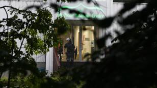 Un policier norvégien devant le centre islamique al-Nour, dans la banlieue d'Oslo, attaqué par un homme muni d'armes à feu, le 10 août 2019.