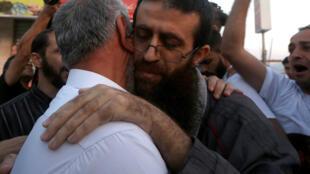Le prisonnier palestinien Khader Adnane retrouve ses proches après une grève de la faim de 56 jours, le 12 juillet 2015.