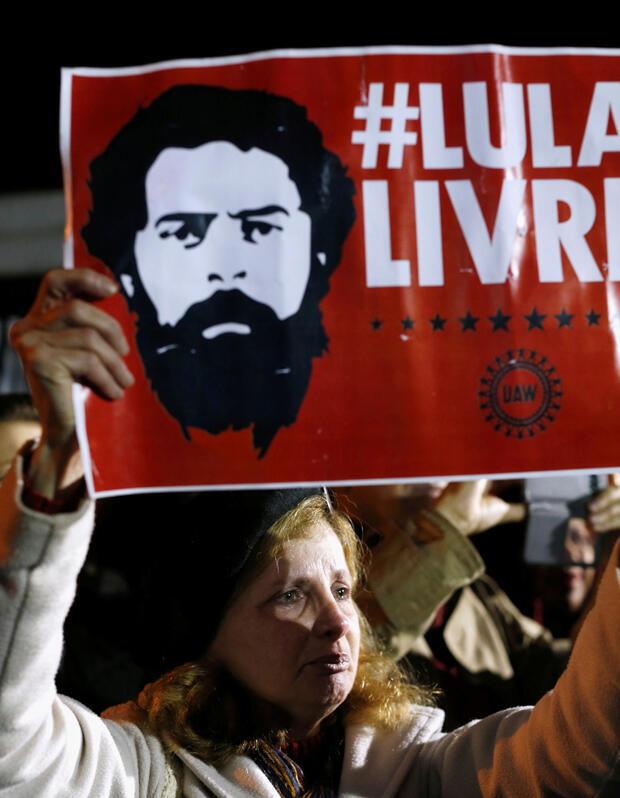 Los partidarios del expresidente de Brasil, Luiz Inácio Lula da Silva, asisten a una vigilia frente a la Superintendencia de la Policía Federal en Curitiba, Brasil, el 7 de octubre de 2018.