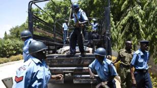 Des policiers kényans, le 3 février 2014, avant le procès de jihadistes shebab à Mombasa.