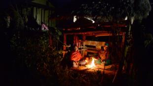 Bannies du foyer en raison de leurs périodes mesntruelles, deux Népalaises campent dans une cabane dans une région reculée du Népal, en février 2017.