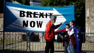 Un manifestant pro-Brexit parle à des militants anti-Brexit à Londres, le 2 septembre 2019.