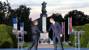 Emmanuel Macron et Aleksandar Vucic devant le monument dédié à l'amitié franco-serbe, le 15 juillet 2019 à Belgrade.