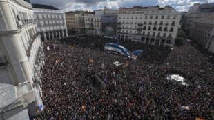 متظاهرون مناهضون لسياسة التقشف في ساحة بورتا ديل سول وسط مدريد 2015/01/31