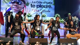 Des membres du groupe de Papa Wemba lors d'un concert en hommage au chanteur, le 27 avril 2016 à Abidjan.