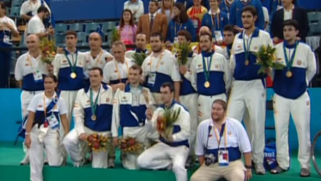L'équipe de basket-ball adapté d'Espagne, médaillée d'or aux Jeux paralympiques de Sydney, le 24 octobre 2000.