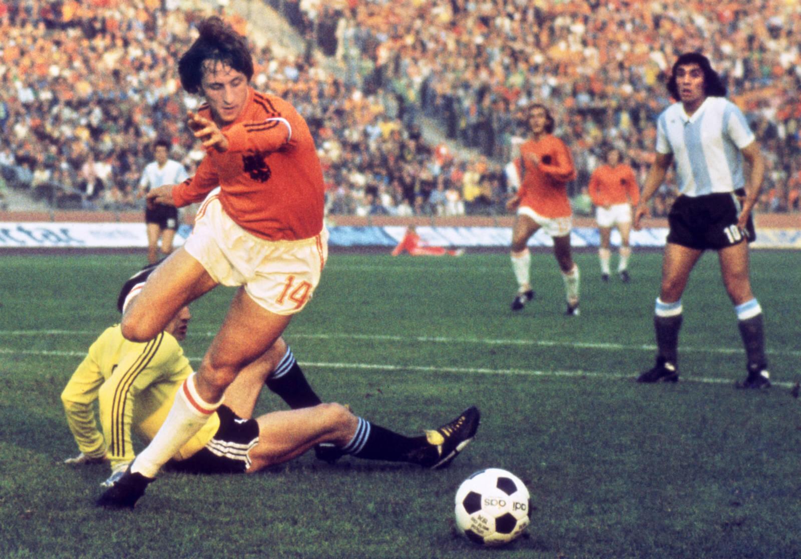 Considéré comme l'un des meilleurs footballeurs de l'histoire, le Néerlandais Johan Cruyff s'est éteint à 68 ans, le 24 mars 2016, plongeant dans une grande tristesse les fans du grand Ajax des années 1970 et ceux du Barça.