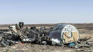 حطام الطائرة الروسية في مكان تحطمها في سيناء بمصر