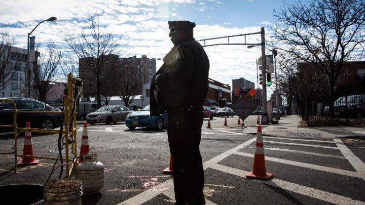Un agent de police en patrouille à Newark dans le New Jersey.
