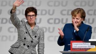 كرامب-كارنباور تلوح بجانب المستشارة الألمانية أنغيلا ميركل بعد انتخابها زعيمة الحزب خلال مؤتمر حزب الاتحاد الديمقراطي المسيحي في هامبورغ، ألمانيا، 7 ديسمبر 2018