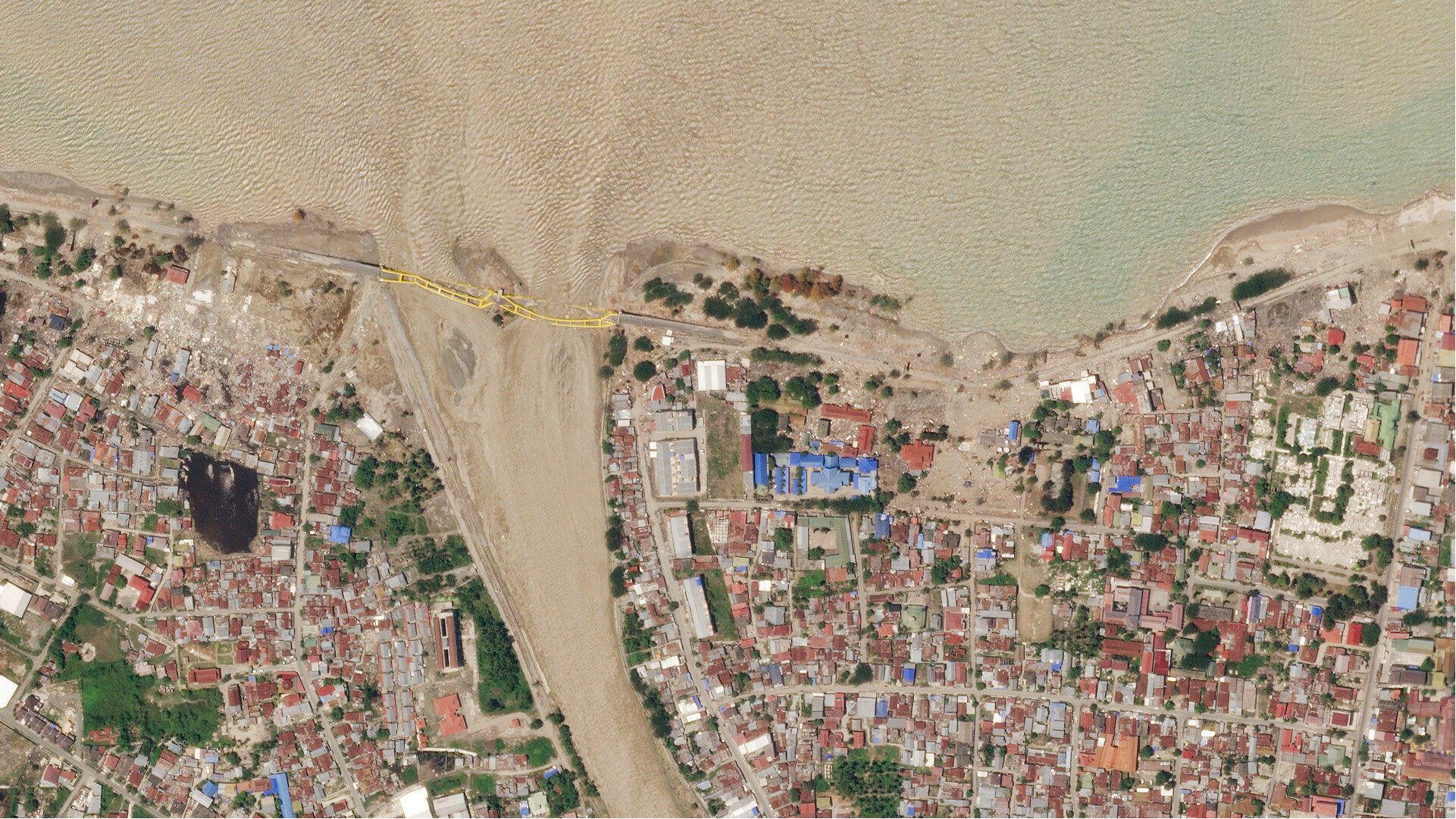 Vista aérea del puente de Ponulele después del tsunami.