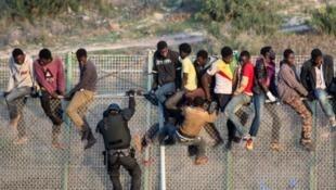 مهاجرون يتسلقون السياج الحدودي بين سبتة والمغرب، 2015
