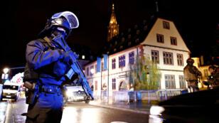 Des policiers dans les rues de Strasbourg après la fusillade dans le centre-ville, le 11 décembre 2018.