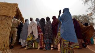 File d'attente devant un bureau de vote, à Niamey, le 21 février 2016.