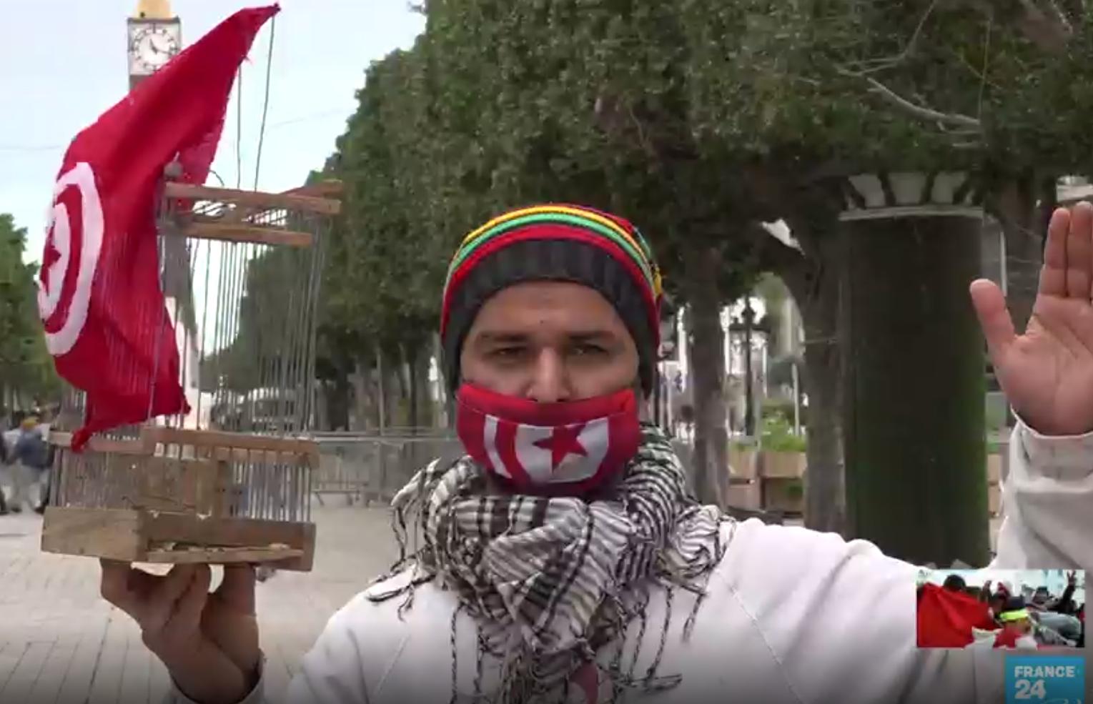 """Wadii Jelassi formó una imagen perdurable del levantamiento de Túnez cuando, como un desempleado de 21 años que protestaba contra el régimen de Ben Ali, fue fotografiado sosteniendo en alto una pequeña jaula. """"Diez años después de la revolución, no ha pasado nada"""", dijo."""