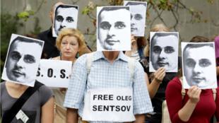 Des manifestants réclament la libération d'Oleg Sentsov, devant l'ambassade russe de Prague, le 28 août 2018.