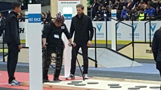 Objectif de cette épreuve : un athlète privé de l'usage de ses jambes doit mettre les pieds sur chacun des support au sol à l'aide de son exosquelette.