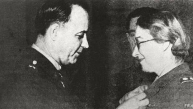 Rose Valland a reçu en 1948 la médaille de la Liberté des mains du général Tate.