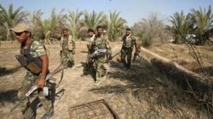 عناصر من القوات العراقية يسيرون شرق الفلوجة في 25 مايو 2016