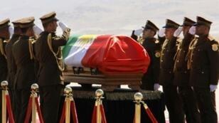 حرس الشرف يحيي جثمان الرئيس العراقي السابق جلال طالباني قبل مواراته الثرى في السليمانية في 6 تشرين الأول/أكتوبر 2017