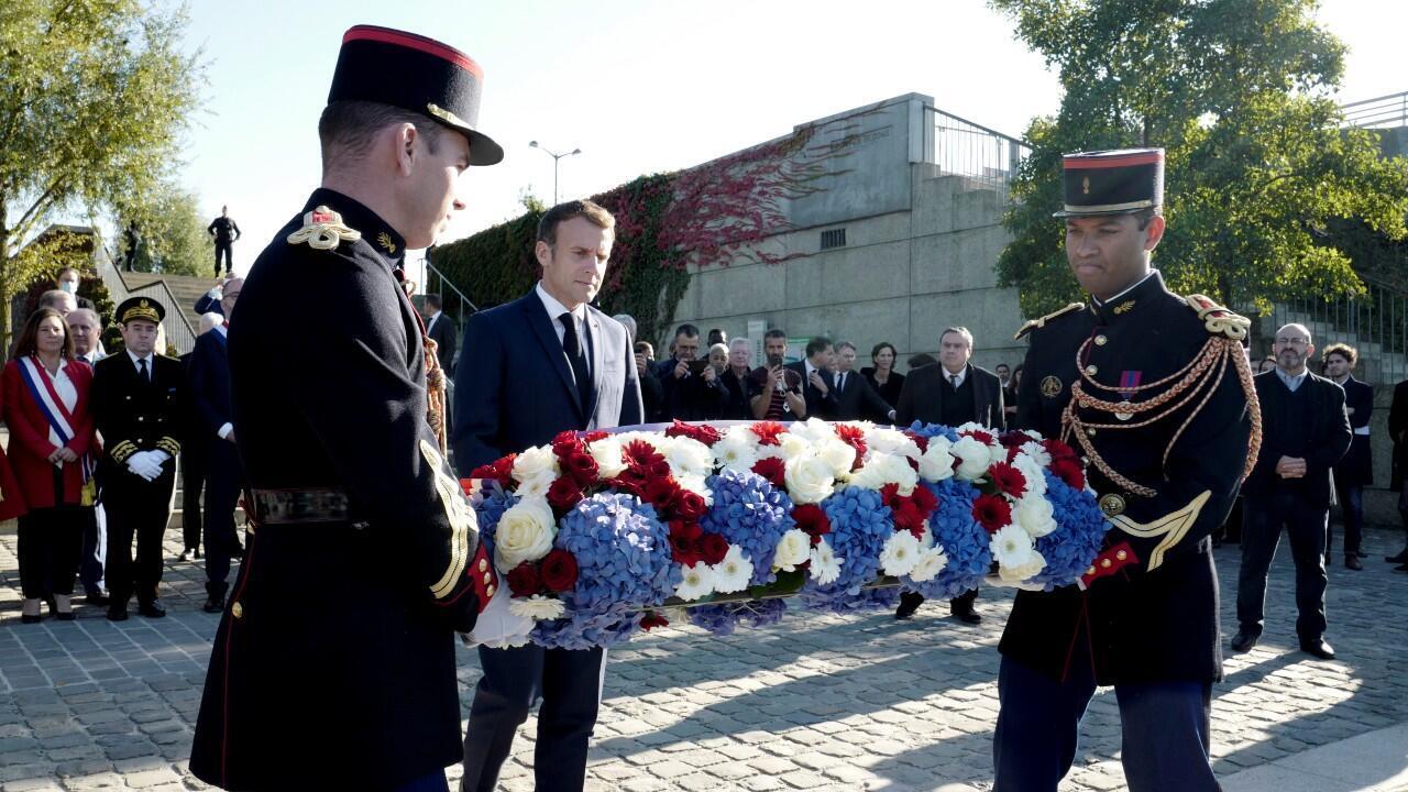 El presidente francés Emmanuel Macron rinde homenaje a los argelinos víctimas de una masacre el 17 de octubre de 1961, cerca del puente Bezons, en Colombes, Francia, el 16 de octubre de 2021.