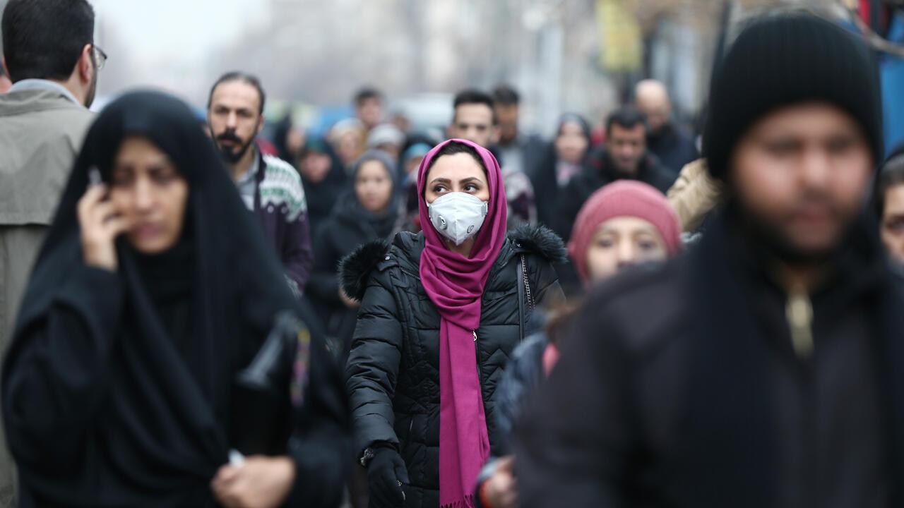 Una mujer iraní usa una máscara protectora mientras camina en el Gran Bazar de Teherán, Irán, el 20 de febrero de 2020.