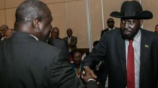 الرئيس الجنوب السوداني سالفا كير والزعيم المعارض رياك مشار في أديس أبابا 21 يونيو/حزيران 2018