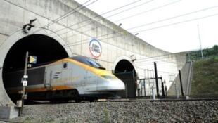 Depuis le renforcement de la sécurité au port de Calais, les migrants tentent leur chance sur le site du tunnel.