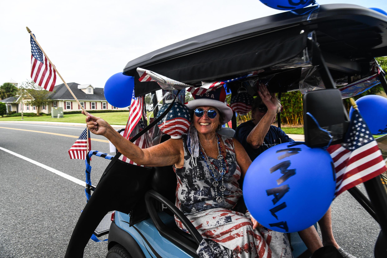 Archivo-La comunidad de jubilados de Villages, en Florida,  en medio de fuertes divisiones políticas: aquí una residente viaja en un carrito de golf para celebrar la nominación de Joe Biden como candidato presidencial demócrata, pero no todos sus compañeros mayores estuvieron de acuerdo.