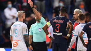 L'attaquant de l'OM Dario Benedetto et le milieu du Paris SG Leandro Paredes reçoivent chacun un carton rouge, le 13 septembre 2020 au Parc des Princes