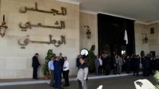 نواب من المجلس الشعبي الوطني يقفلون باب المجلس في 16 تشرين الأول/أكتوبر 2018 لمنع رئيسه السعيد بوحجة من الدخول