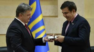 Le président ukrainien Petro Porochenko remet à Mikheïl Saakachvili son badge de gouverneur de la région d'Odessa, le 30 mai 2015.