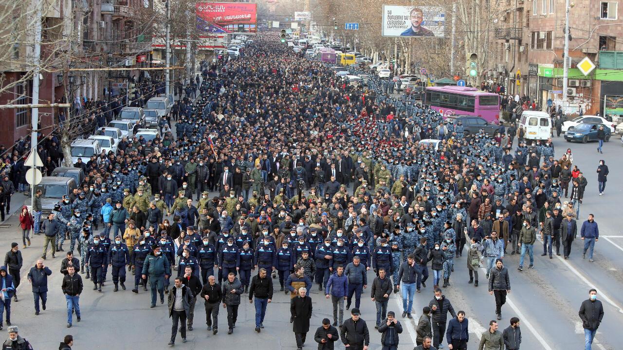 Seguidores del primer ministro Nikol Pashinián marchan con él en las calles de Ereván, Armenia, el jueves 26 de febrero de 2021.