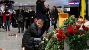أفراد من عائلات بعض ضحايا الطائرة الأوكرانية التي تحطمت في طهران، بمطار بوريسبيل قرب كييف. 8 يناير/كانون الثاني 2020.