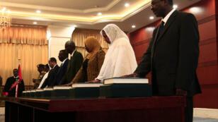 Des membres du gouvernement, dont Asma Mohamed Abdalla (en blanc), la première femme ministre des Affaires étrangères du Soudan, au palais présidentiel de Khartoum, le 8septembre2019.