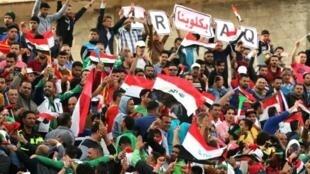 مشجعو المنتخب العراقي خلال المباراة أمام تايلاند، في طهران الخميس 24 آذار/مارس 2016