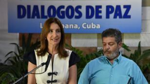 La porte-parole de la délégation colombienne, Marcela Duran, aux côtés du commandant Farc Marcos Calarca, en pourparlers pour la paix à la Havane, le 22 juin 2016