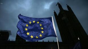 Le drapeau européen flottant à côté du Parlement, à Londres, le 13 décembre 2017.