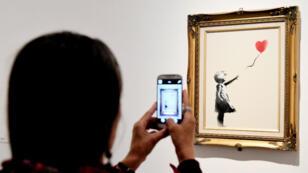 """L'œuvre de Banksy, """"Girl with ballon, red"""", exposée à Rome, le 23 mai 2016."""
