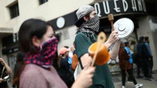 Les manifestants sortent les casseroles pour protester contre l'augmentation du prix du ticket de métro, le 19 octobre 2019 à Santiago.