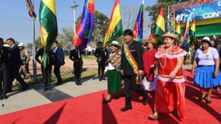 El presidente de Bolivia, Evo Morales, se dirige hacia la sesión de la Asamblea Legislativa para conmemorar el 194 aniversario de la fundación del país. Trinidad, Bolivia, el 6 de agosto de 2019.