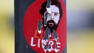"""Una pegatina que representa el expresidente Lula da Silva, que dice: """"Lula libre"""" se ve en Río de Janeiro, Brasil, 16 de agosto de 2018."""