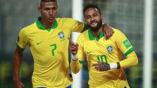 Le Brésilien Neymar (à droite), auteur d'un triplé contre le Pérou, avec son coéquipier Richarlison le 13 octobre 2020 à Lima