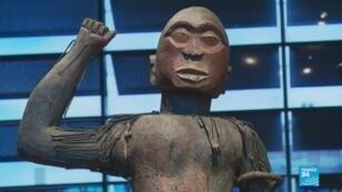 تمثال من البنين معروض في متحف كي برانلي في باريس
