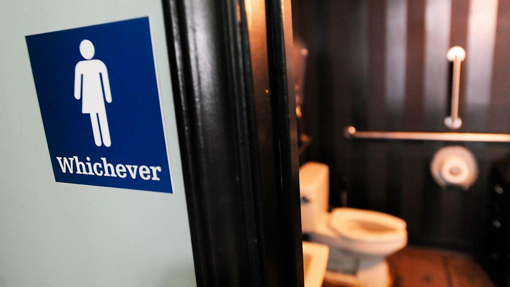 """Le 13 mai, Obama avait pris position dans cette """"bataille des toillettes"""" en publiant une circulaire qui préconisait, pour les élèves, d'utiliser les toilettes correspondant au sexe auquel ils s'identifient."""
