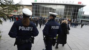 La ville de Cologne a prévu 2 500 policiers pour patrouiller dans les rues de la ville à l'occasion du carnaval.